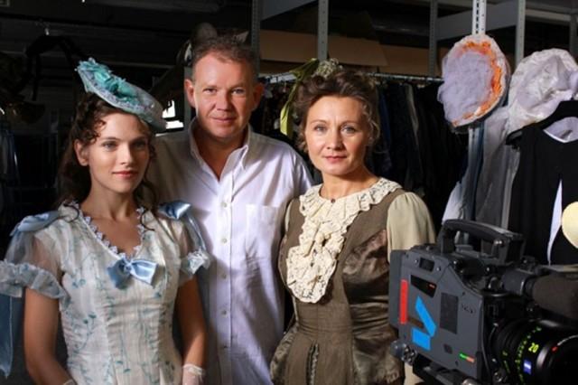 A fenti fotón Gyöngyössy Bence rendező látható, Sárközi-Nagy Ilona (Nina) és Söptei Andrea (Cosima) társaságában.